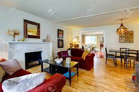weiß wohnzimmer mit einem backstein hintergrund kamin couchtisch schwarz und bordeaux liebe sitze blick auf den essbereich