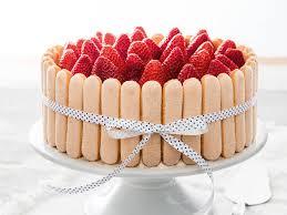 torte mit löffelbiskuits und erdbeeren