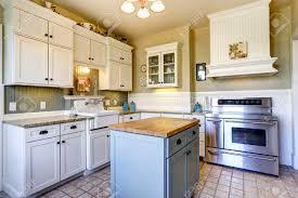 kleine küche interieur mit weißen holzschränke fliesenboden und kochinsel