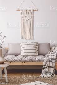 weiße handgemachte makramee oben beige wohnzimmer sofa mit vielen kissen und decke mit streifen stockfoto und mehr bilder accessoires
