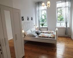 sehr großes helles schlafzimmer ein wunderschönes bett