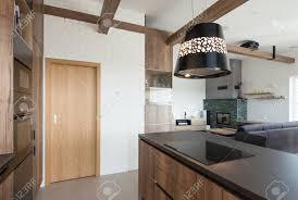 innenraum des modernen hauses großer offener raum der küche mit wohnzimmer verbindet