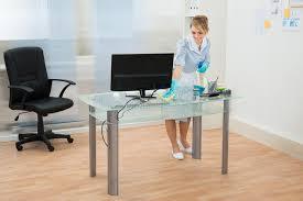 nettoyage bureau bureau de nettoyage de domestique dans le bureau image stock