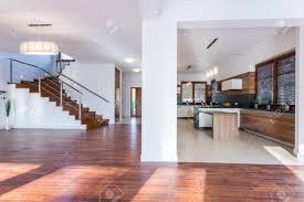 geräumige wohnzimmer offen über eine moderne küche