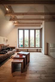 sitzbank am fenster wohnzimmer mit galerie holz fenster