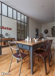 table de cuisine ancienne en bois dans une cuisine deux chaises industrielles en bois et métal