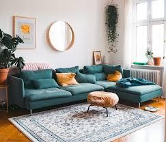 altbau wohnzimmer mit ikea söderhamn in türkis und