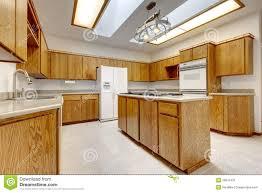 hölzerne küche mit insel ohne fenster mit heller leuchte