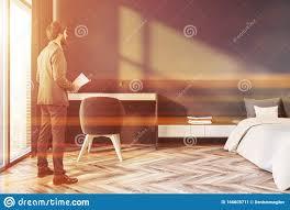 mann im grauen schlafzimmer mit tisch stockbild bild