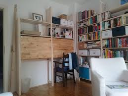 zwei schreibtische in einem kleinen wohnzimmer die