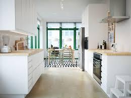plan cuisine ikea cuisine avec portes épurées blanches voxtorp et plan de travail