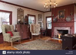 eine formale wohnzimmer mit kamin und zwei flügel stühle