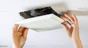 entfernen badezimmerlüfter vent abdeckung innen reinigen stockfoto und mehr bilder arbeiten
