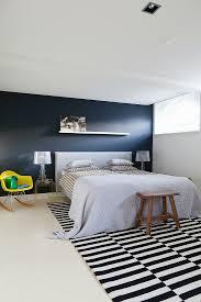 doppelbett vor schwarzer wand bild kaufen 11356047
