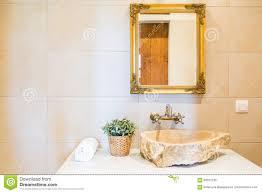 steinwanne und spiegel im badezimmer stockfoto bild