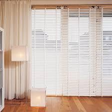 weiße retro holzjalousie im wohnzimmer holzjalousie