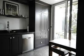 porte de la cuisine photo le guide de la cuisine cuisine amenagée dominance noir
