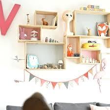 etagere chambre enfants diy une compo d étagères pastel pour chambre d enfant