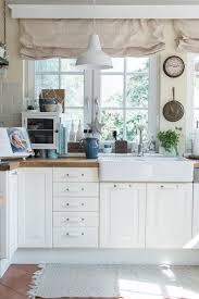 küche in blau haus deko vorhänge landhausstil weiße möbel