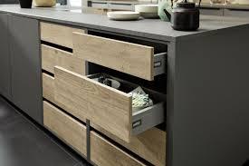 kücheninsel in grau mit holz akzenten nolte kuechen