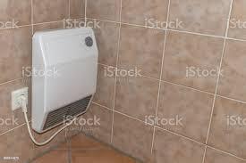vintage alte elektroheizung in einem badezimmer stockfoto und mehr bilder alt