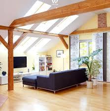 einfaches gemütliches wohnzimmer mit tollen holzbalken