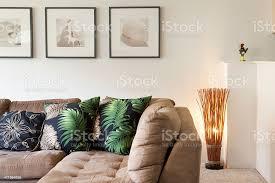wohnzimmer mit tropischen motiven eingerichtet stockfoto und mehr bilder beleuchtet