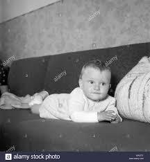 ein baby liegt zufrieden auf einer im wohnzimmer
