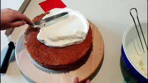 eine torte mit sahne einstreichen