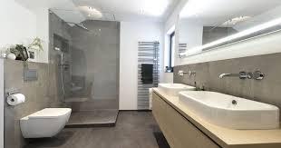 modernes bad mit walk in dusche banovo