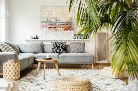 hocker und tisch aus holz im modernen wohnzimmer mit malerei über graue ecke echtes foto stockfoto und mehr bilder beige