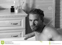 kerl im badezimmer mit toilettenartikeln auf hintergrund