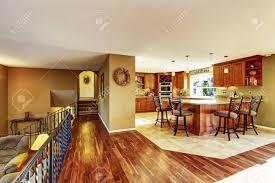 luxus küche zum wohnzimmer verbunden küche mit fliesenboden gebeizt schränke und granit zähler nach oben
