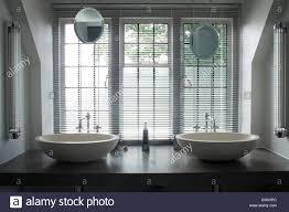 jalousien fenster oben doppelspüle waschtisch am regal im