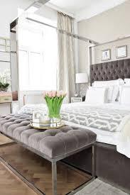 prachtvolle sitzbank mit glänzenden chromfüßen und samtpolsterung in elegantem mausgrau