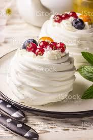leckere mini pavlova baiser torte dekoriert mit frischen roten johannisbeeren und heidelbeeren stockfoto und mehr bilder amerikanische heidelbeere