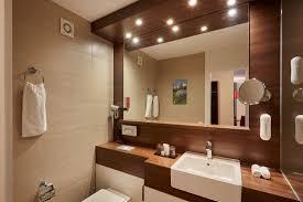 moderne badezimmer mit duscheoder badewanne im h hotel