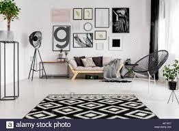 schwarz weiß gemusterten teppich in der modernen wohnzimmer
