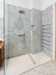 begehbare dusche in marmoroptik minimalistisch