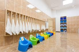 saubere individuelle kinder töpfchen und handtücher in kindergarten wc und bad