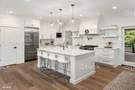 schöne küche im neuen luxushaus mit insel pendelleuchten und holzböden stockfoto und mehr bilder arbeitsplatte