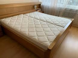 schlafzimmer mit matratzen und riesigem kleiderschrank