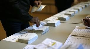 bureau de vote des enveloppes contenant déjà des bulletins dans des bureaux de vote