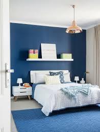 doppelbett im schlafzimmer mit blauer bild kaufen