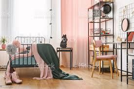 industrielle schwarze möbel im schlafzimmer stockfoto und mehr bilder behaglich