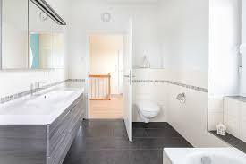 modernes bad mit doppelwaschbecken und toilette eco