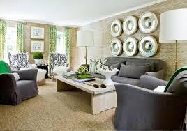 modernes wohnzimmer holzoptik tapeten grüne gardinen graue