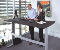 travailler dans les bureaux la mode des bureaux assis debout