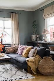 wohnzimmer mit grauen wänden und sofa bild kaufen