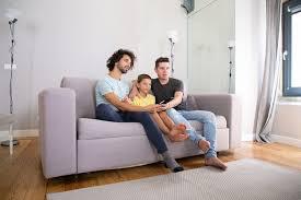 junges hübsches schwules paar und ihr sohn die fernsehshow